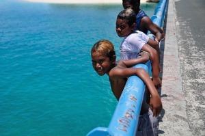 海に飛び込んで遊ぶ子どもたち